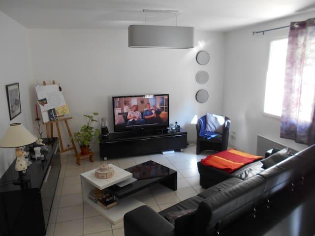 Chambre indépendante + accès à toutes les pièces - Beaujeu - Appartement
