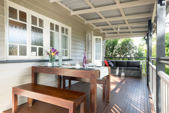 """The Park House"": your 3 bedroom inner city home - East Brisbane - Huis"