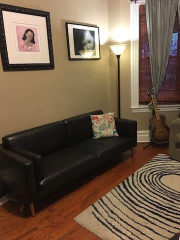 2 Bedrooms full floor of home, near NYC - Рутерфорд - Дом