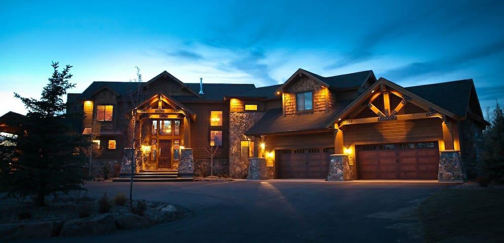 8,000 sq/ft Lodge Near Yellowstone - Ashton - Stuga