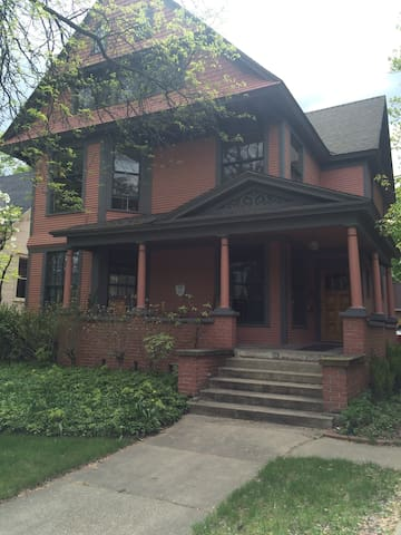Charming Studio Adjacent to Downtown - Grand Rapids