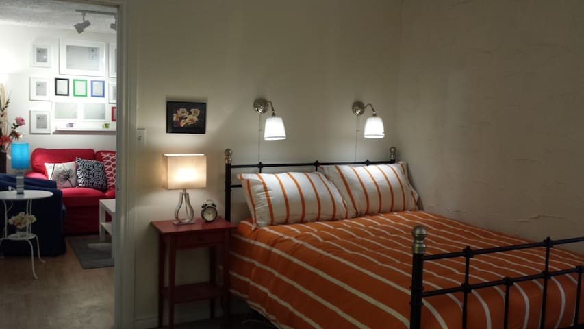 The first room is beautiful!!! - Windsor - Appartement