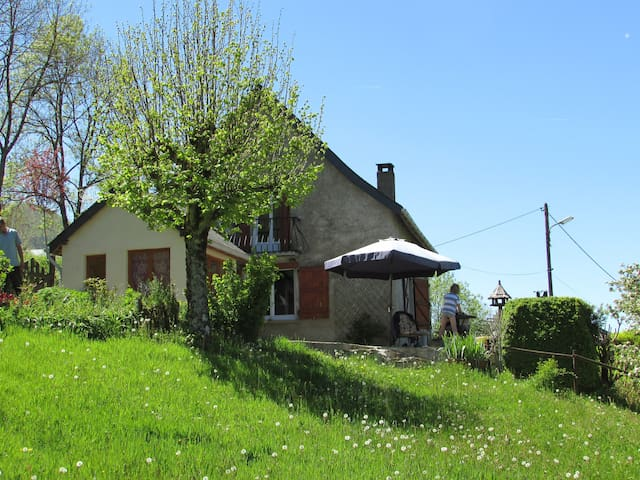 Cosy cottage with big garden and several terasses. - Massat - Ev