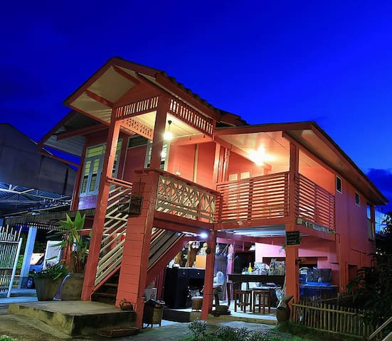 R-Lampang Guest House Family home with bacony - Suan Dok - Bed & Breakfast