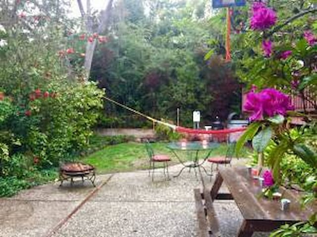 EntireHome/Private/lush landscaping - Pinole