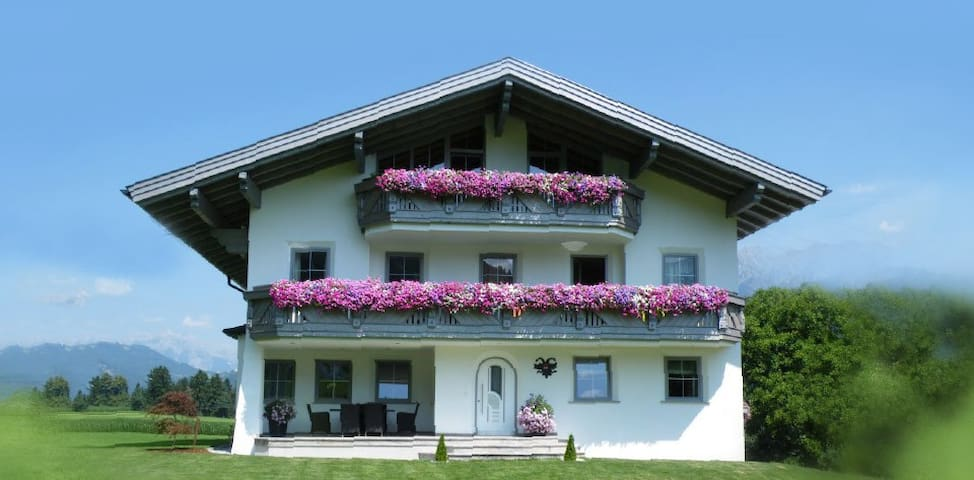 Luxury Apartment for 3-6 Guests at a Farm | 70m² - Oberperfuss - Leilighet