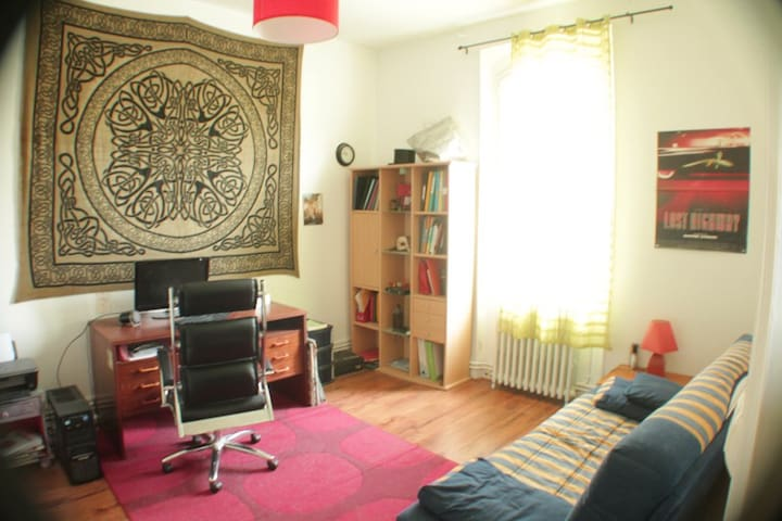 Large room with work table - Ruelle-sur-Touvre