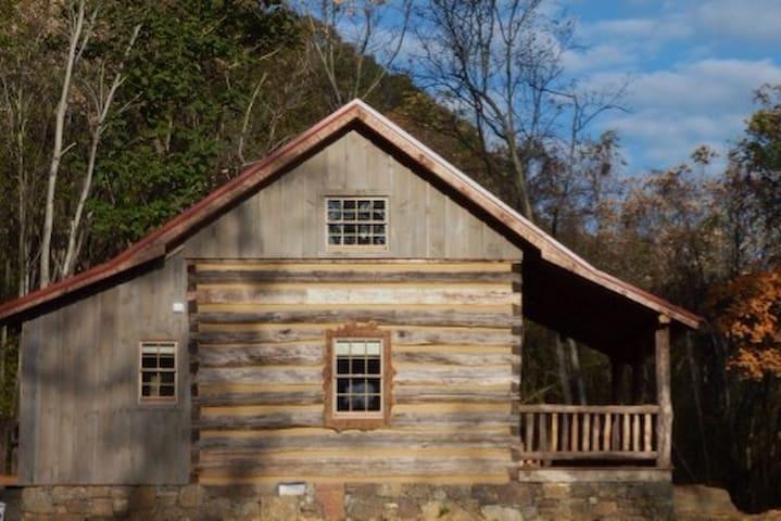 Riverstone Cabin - Hot Springs - Casa