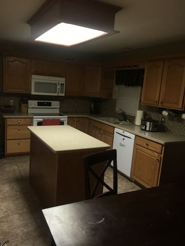 2 private bedrooms close to I80 and I74 - Davenport - Ev