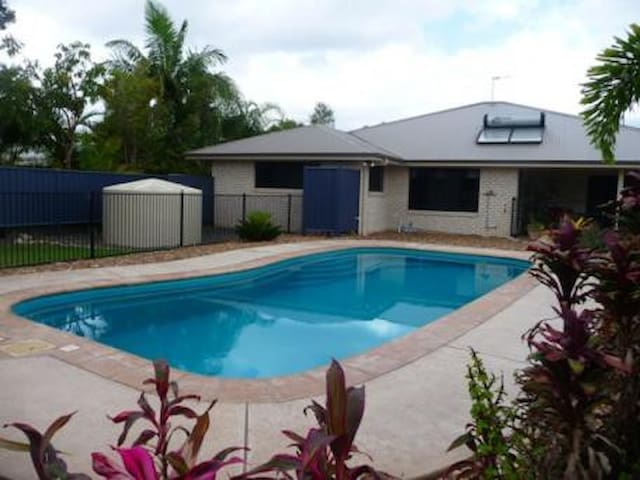 Quiet retreat by the pool - Cooloola Cove - Casa