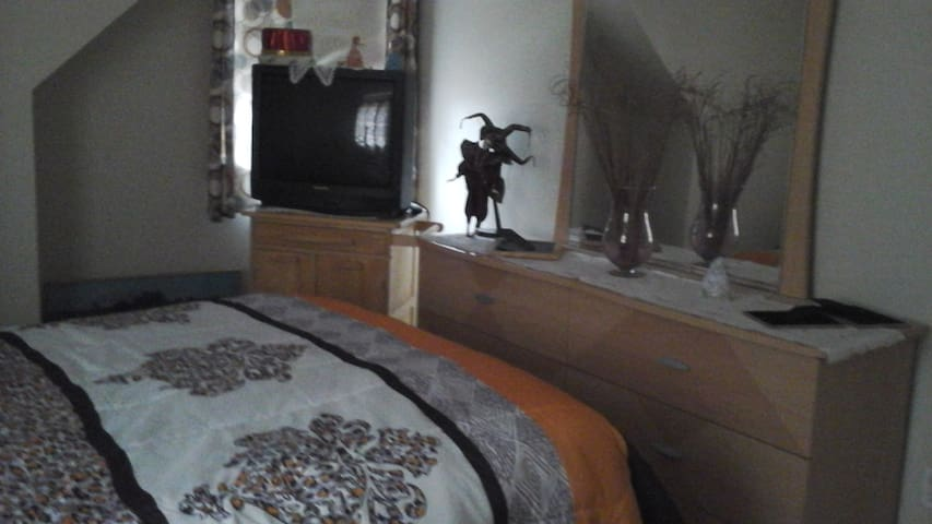2nd floor comfortable room - Stoughton