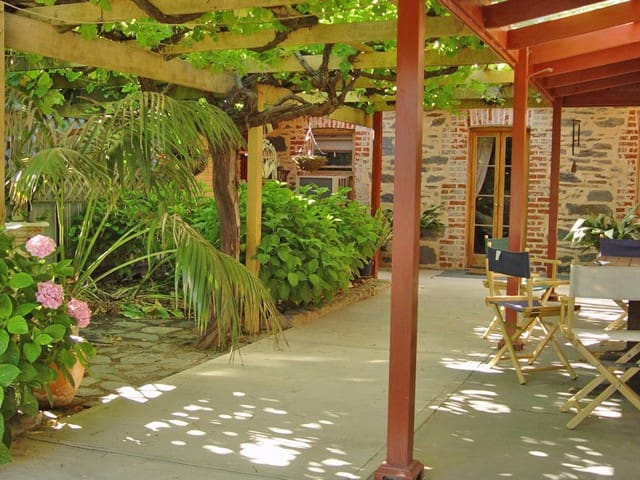 Bluebird Cottage is a relaxing 100year old cottage - Angaston - Bed & Breakfast