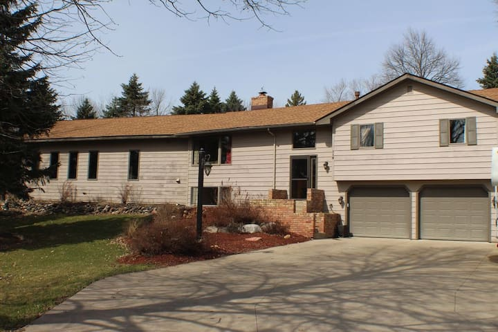 3 bedroom minutes from Carlton and St. Olaf - Dundas - Casa