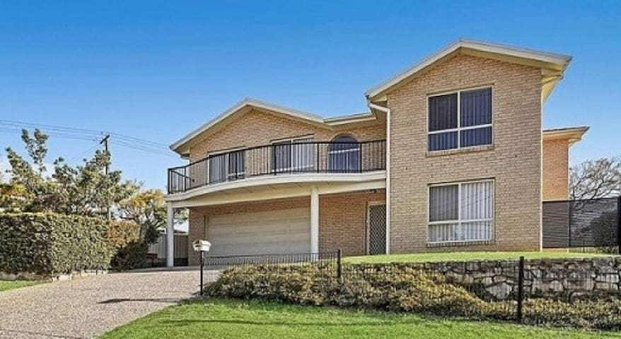 Bay breeze family home - Warners Bay - Townhouse