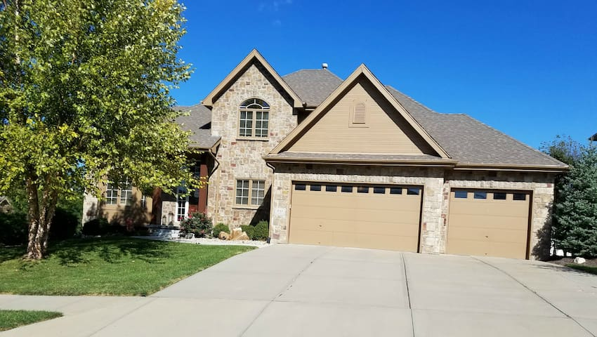 5 Bed Home With Pool and Hot Tub - Omaha - Maison