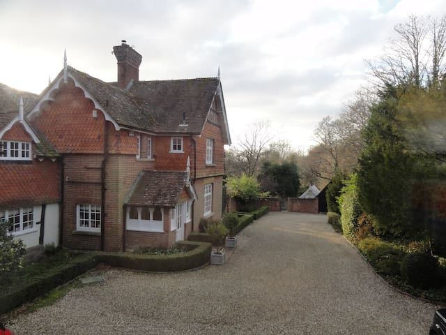 """Annexe at the Old Vicarage """"an oasis of calm"""" - West Sussex - Casa"""