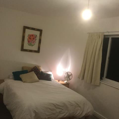 Large double bedroom, near the city centre. - Stretford - Ev