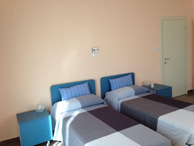 Camera doppia e tripla con bagno in comune esterno - Imola - Maison