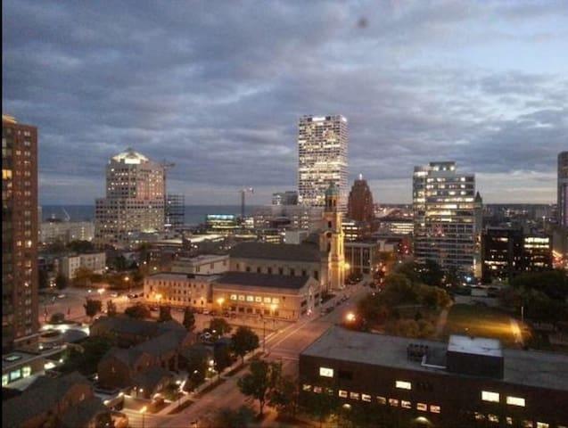 Chic unfurnished apt downtown MKE! - Milwaukee - Daire