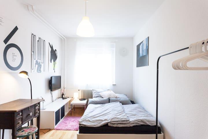 Nice Room for 2: Quiet, Clean, WiFi - Stuttgart - Appartement