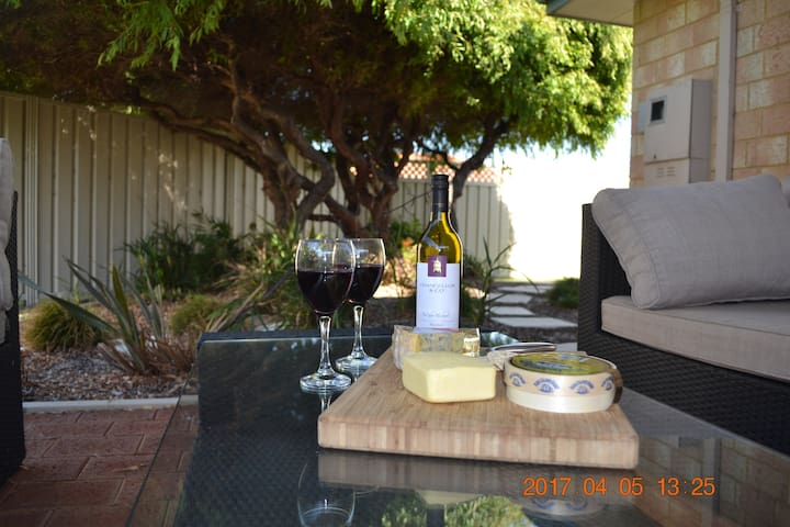 Lucy's Lodge: Close to Beach, Park, Town & Jetty - Geographe - Huis