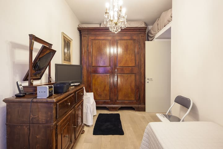 Only for ladies luxury historical house room - Mantova - Hus