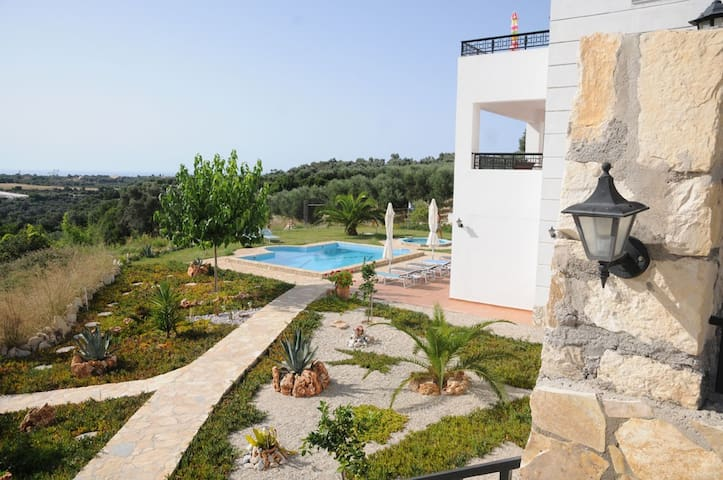 Big villa with pool (mostly) all to yourself. - Rethymno - Lägenhet
