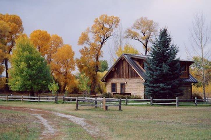 charming log cabin,views,big trout! - Big Timber - Stuga