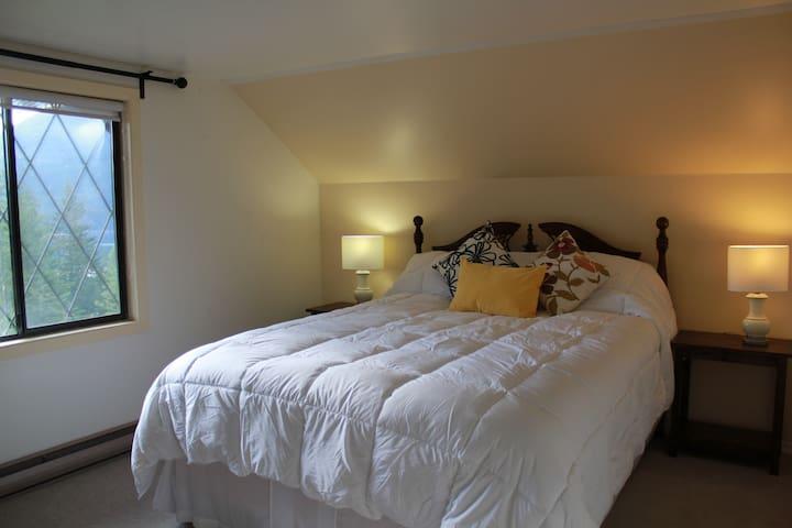 Tara Shanti B&B Yellow Room (Glacier & Lake view) - Kootenay Bay - Oda + Kahvaltı