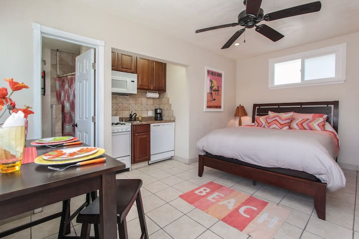Charming beach studio just steps from the sea! - Oceanside - Lejlighed