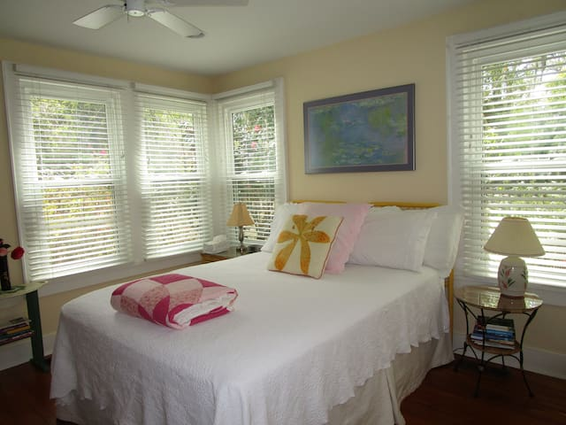 Queen Rm in Charming Cottage nr dwntwn waterfront - Beaufort - Bed & Breakfast