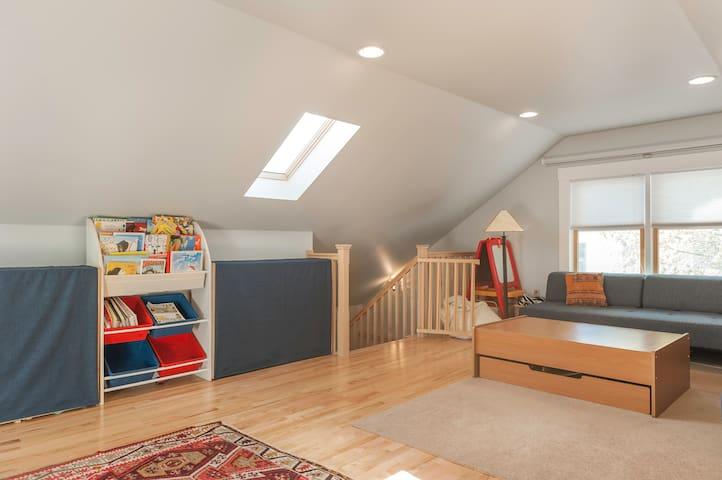 Beautiful huge apt- max 8 adults/2 little kids! - Lowell - Lägenhet