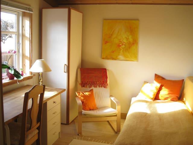 Vegetarian retreat in wooden house - Room nr. 2 - Hundested - Ev