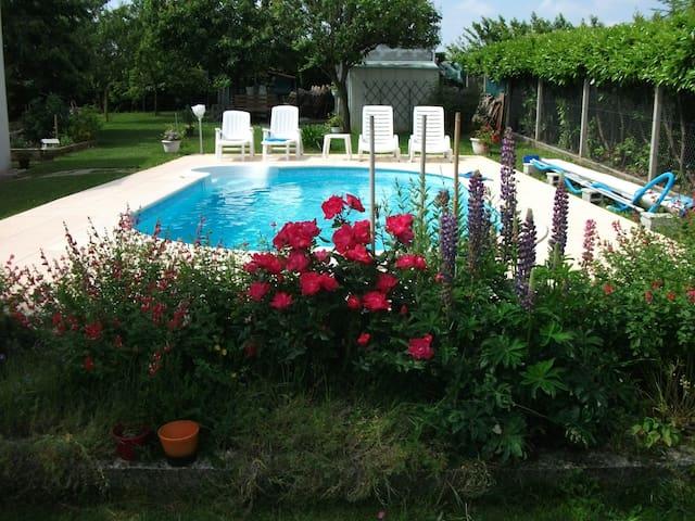Chambre  privée dans maison avec piscine - Thénac - Ev
