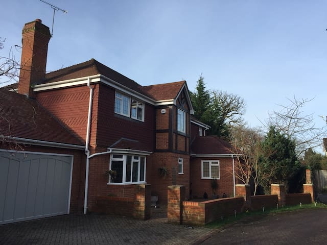 Contemporary, cosy home from home 15 mins from LHR - Farnham Common - Rumah