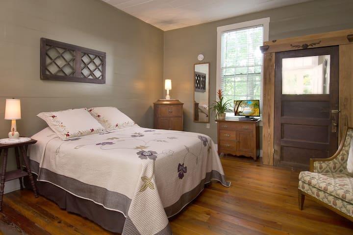 Standard Queen - Asheville - Bed & Breakfast