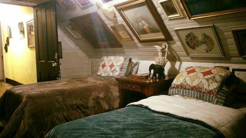 Hatfield McCoy House Inn Bunkhouse - Williamson - Bed & Breakfast