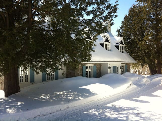 Lakefront Country Home with Hot Tub - Sainte-Anne-des-Lacs - Cabaña