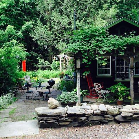 Romantic Cottage on the Stream, Walk to Town - 伍德斯托克 - 小木屋