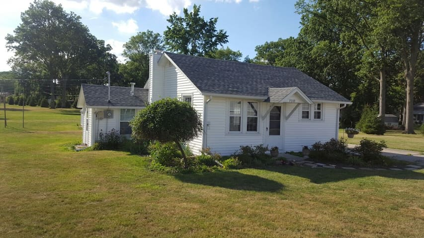 Charming guest cottage on large park like setting - Fort Wayne - Dom
