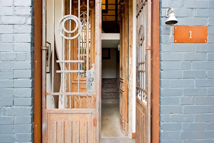 One-of-a-kind warehouse living in Marrickville - Marrickville - Huoneisto