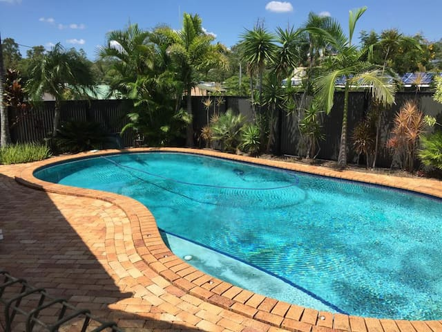 A friendly house with a pool in the suburbs - Jindalee - Huis