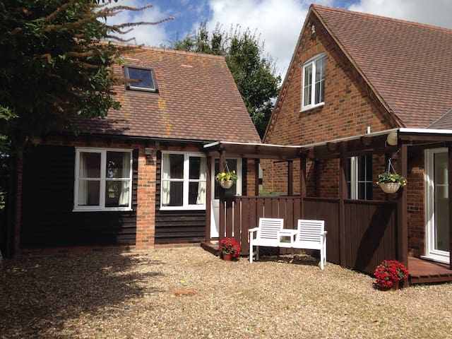 1 Bed Detached Annexe with Parking & Sky TV - Northall - Huis