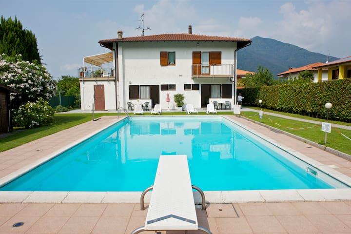 Casa Augusta 1 con vista piscina - Maccagno con Pino e Veddasca - Daire