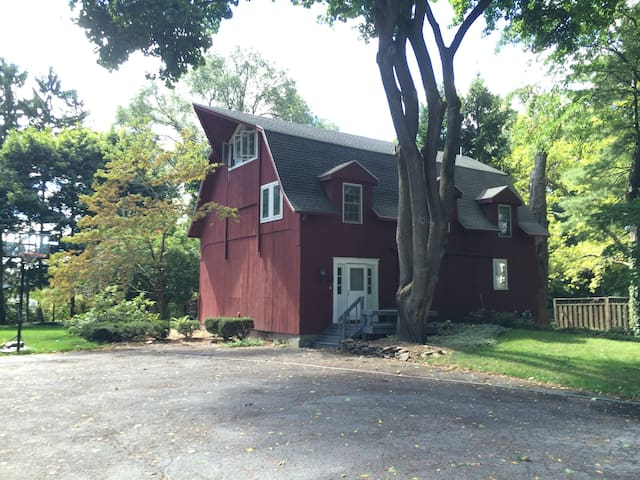 3-bedroom Renovated Barn in Village of Pittsford - Pittsford