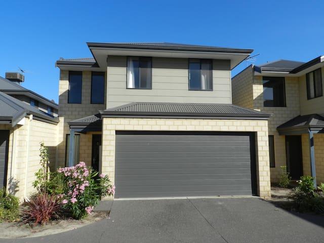 Modern 3 large bedroom townhouse 10km to CBD. - Belmont - Huis