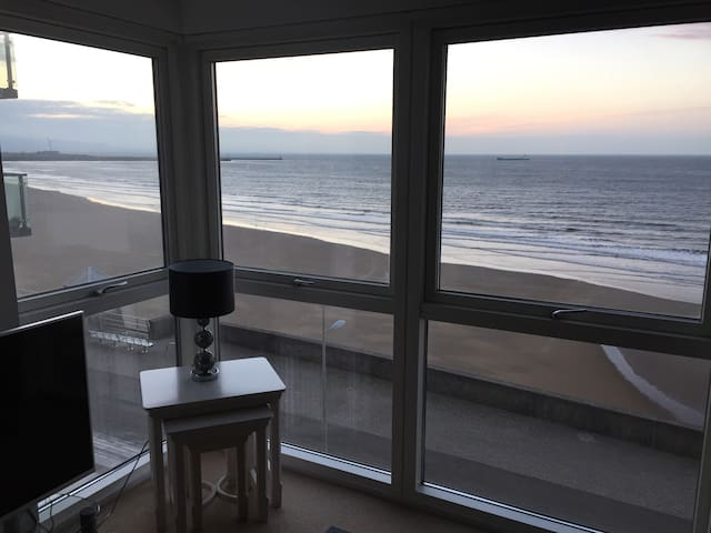 Beach Front Apartment in the Perfect location - Swansea - Departamento