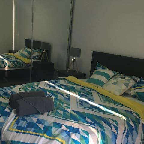 Modern clean room own balcony - Epping - Huoneisto