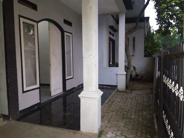 Cheap homestay in bandung - Bojongloa Kidul - บ้าน