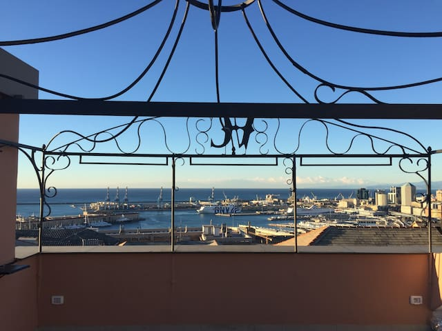 Stunning Penthouse w/ Terrace and View of the Bay - Gênes - Appartement en résidence
